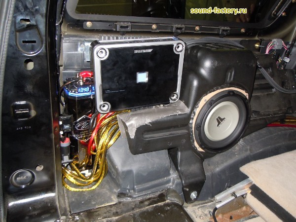 Установка: Усилитель мощности в Lincoln Navigator